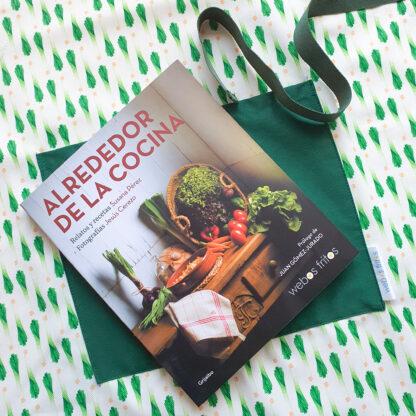 Delantal de puerros y libro Alrededor de la cocina